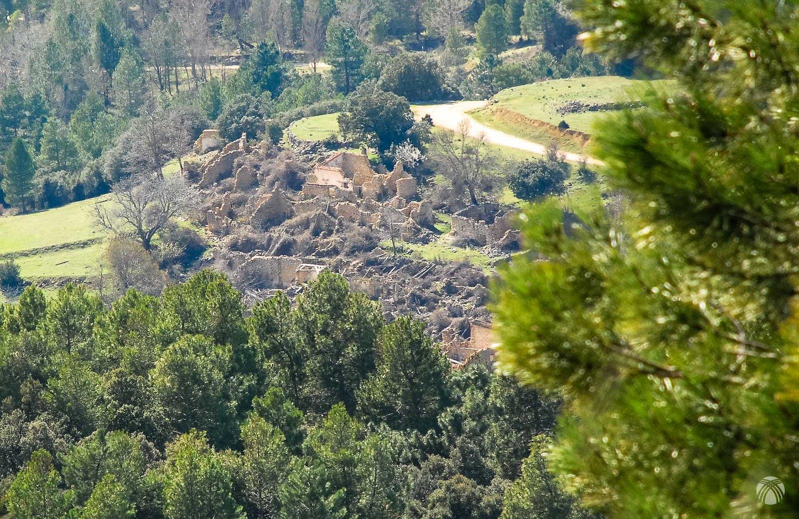 La aldea del Prado de Juan Ruiz en ruinas. Hace pocos años la casa blanca todavía mantenía el tejado.