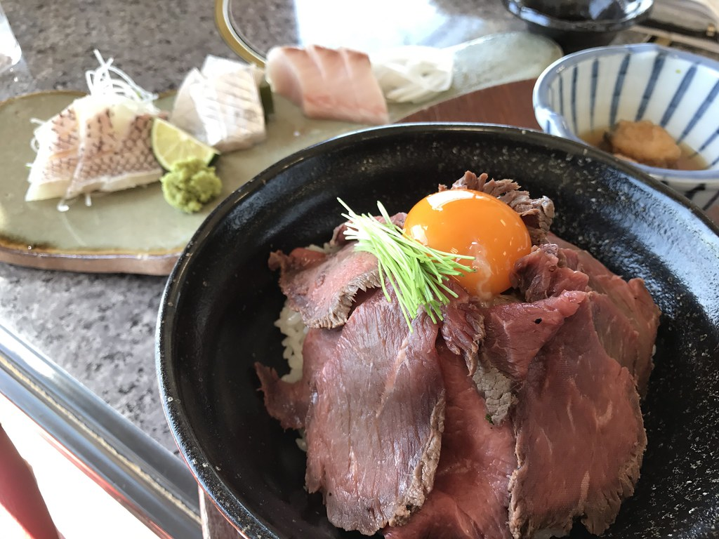 刺身の盛り合わせと淡路牛ローストビーフ丼