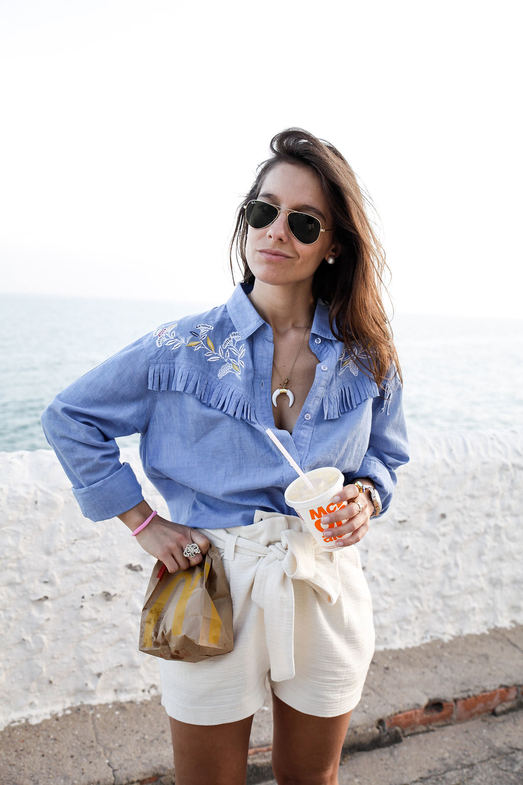 04_camisa_flecos_azul_mysundaymorning_fringed_shirt_fringed_theguestgirl_influencer_inspo_outft_summer_laura_santolaria_public_desire_denim_shoes_mc_donalds