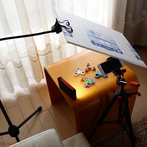 自宅でマイクスタンドと三脚と、LEDライトを使った簡易撮影セット。撮れれば良いのだ。