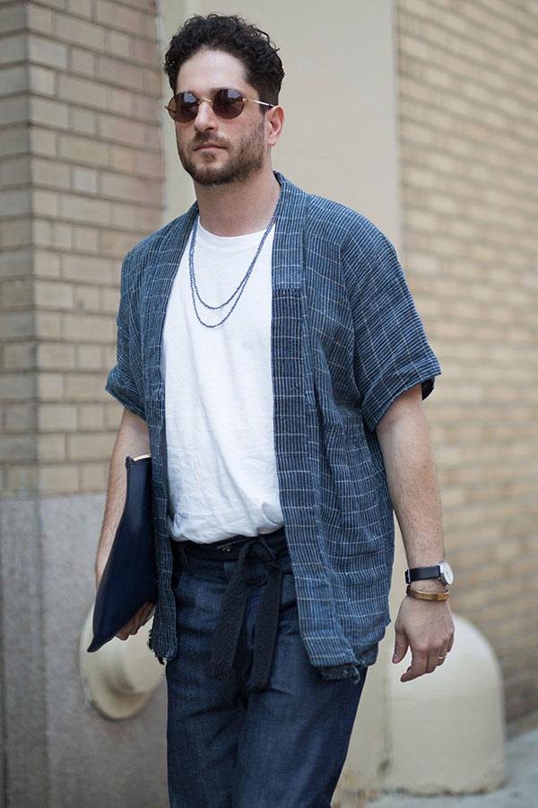 グレーはんてんシャツ×白無地Tシャツ×ネイビーパンツ