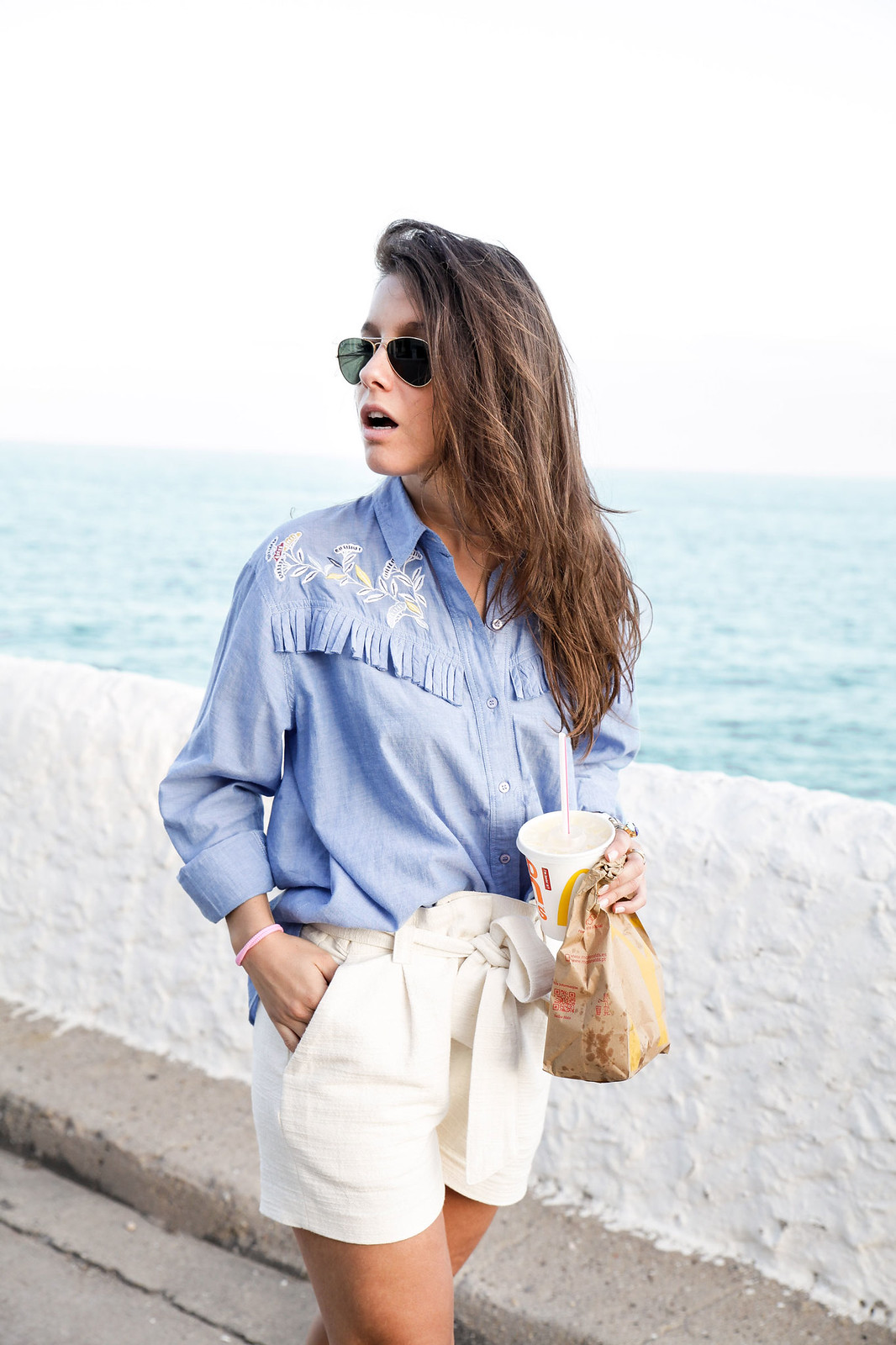 06_camisa_flecos_azul_mysundaymorning_fringed_shirt_fringed_theguestgirl_influencer_inspo_outft_summer_laura_santolaria_public_desire_denim_shoes_mc_donalds
