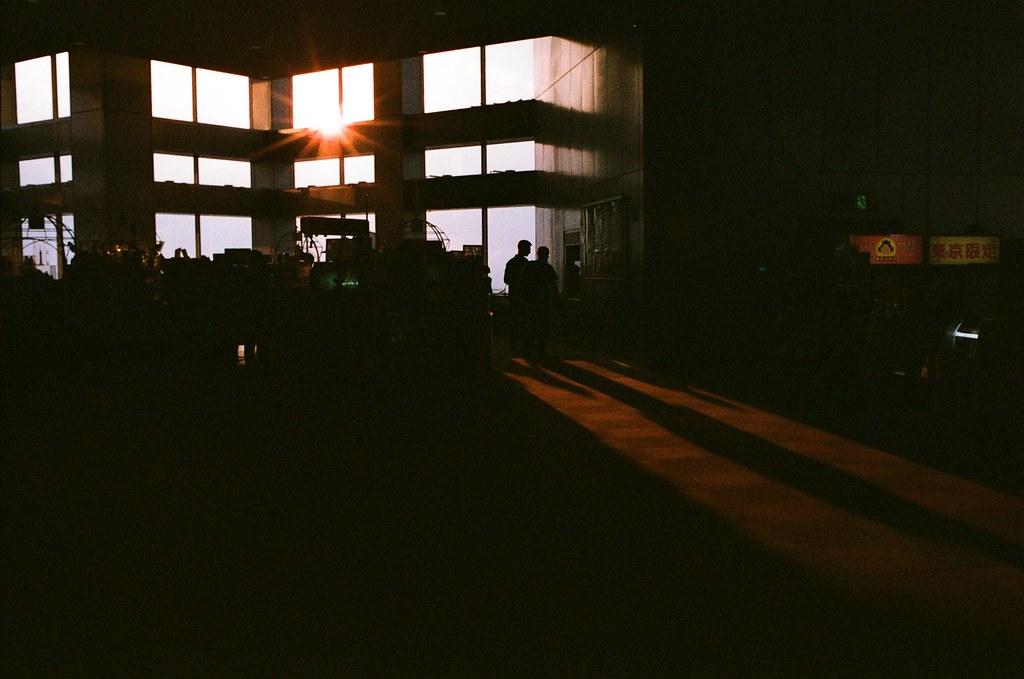 東京都庁 Tokyo, Japan / AGFA VISTAPlus / Nikon FM2 東京都廳上面的遙望台,雖然那時候坐在地上休息到有點快睡著了,但還是看看夕陽,把握一點點時間。  一點點什麼的時間?那一天白天要結束的時間嗎?還是?  Nikon FM2 Nikon AI AF Nikkor 35mm F/2D AGFA VISTAPlus ISO400 1002-0021 2015-10-04 Photo by Toomore