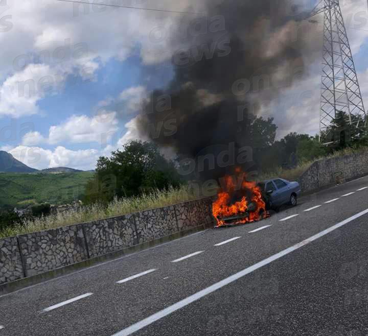auto-in-fiamme-autostrada-polla