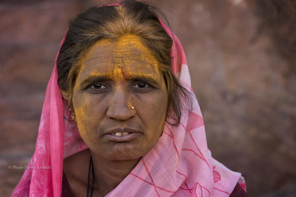 PORTRAIT INDIEN AU TEMPLE DES GROTTES SCULPTÉES À BADAMI