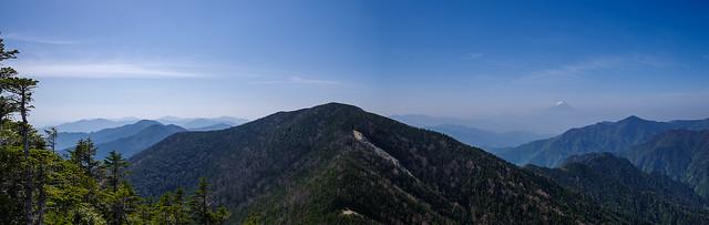 甲武信ヶ岳山頂南側の展望・・・木賊山の左に奥秩父の山が連なる