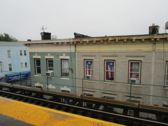 NYC Subway, 05/22/17: the residents of this apartment overlooking the Cleveland Street J/Z station take advantage of their desire for privacy to share their Puerto Rican pride (IMG_4065)