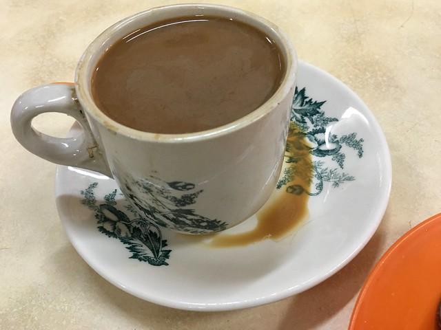 マーガリンを加えて焙煎するホワイトコーヒー。砂糖か練乳入りで甘い。