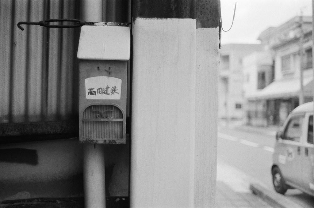 吳 Hiroshima, Japan / Ultrafine Extreme / Nikon FM2 信箱與郵筒,是我在每次旅行時都會注意到的畫面,因為我知道妳會喜歡這樣的畫面,縱使我無法得知妳的感受與反應。  或許就是這樣,常常一直在作重複的事情,為某人或是會為了某個喜歡的人持續這樣創作。  我總是給自己一個最終底線,只要對方不討厭就好,就這樣,我沒有太多的苛求了,對她來說。  Nikon FM2 Nikon AI AF Nikkor 35mm F/2D Ultrafine Extreme 400 6679-0013 2016-09-26 Photo by Toomore