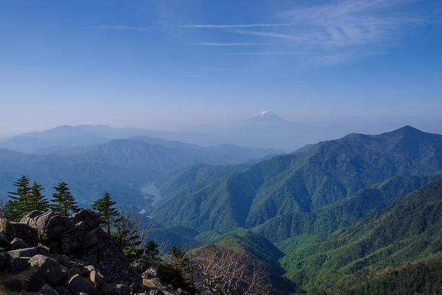 木賊山手前の岩場より富士山を展望