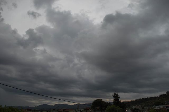 Πρωινή ανοιξιάτικη καταιγίδα με αστραπές πάνω από την Ψίνθο