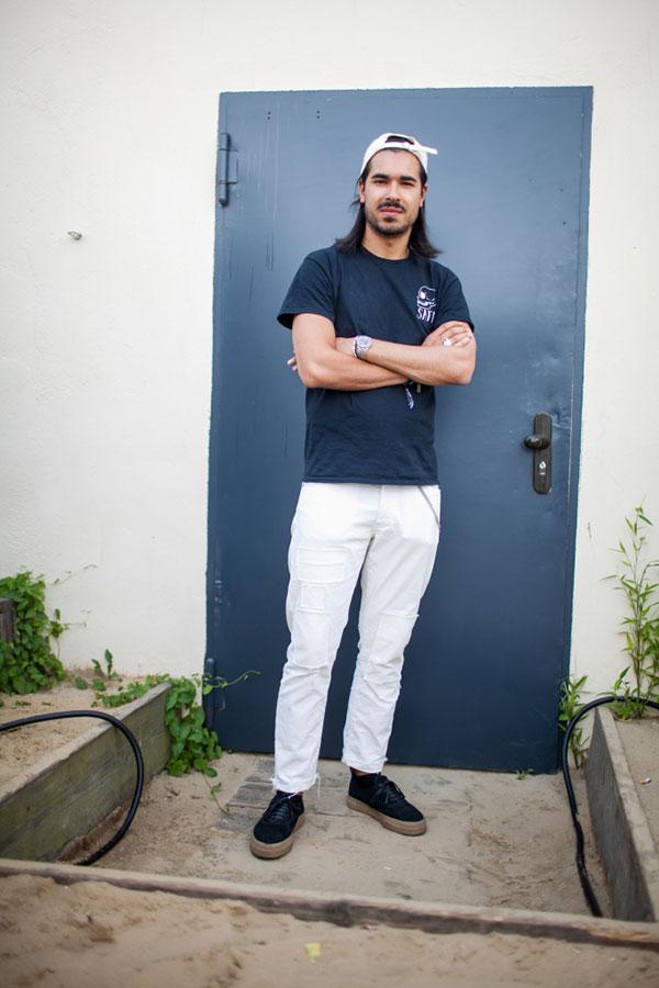 白キャップ×ネイビーTシャツ×白パンツ×ネイビースニーカー