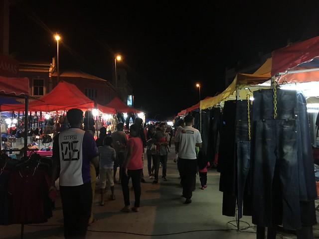 イポーのナイトマーケットは小物やファッション中心