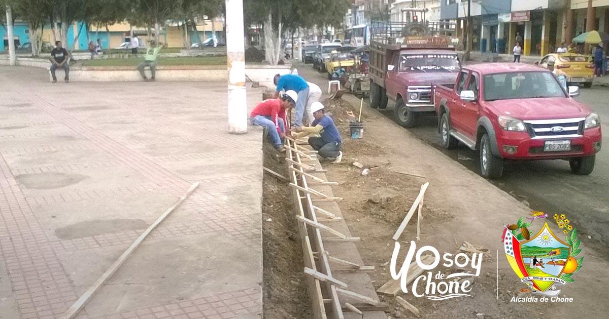 Continúan los arreglos de la plaza cívica Elio Santos para el evento al Reinado de Chone 2017