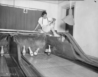Pinsetter at work in bowling alley, No. 2 Convalescent Hospital, RCAF, Young Division, Hamilton, Ontario / Planteur au travail à la salle de quilles de l'hôpital pour convalescents no 2, ARC, Division Young, Hamilton (Ontario)