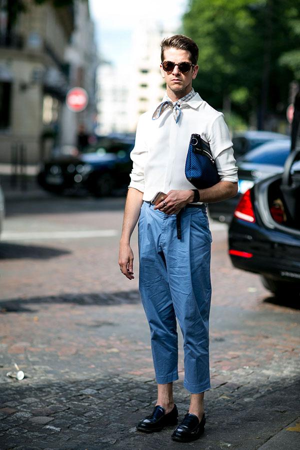 白シャツ×ライトブルーテーパードクロップドパンツ×黒ローファー