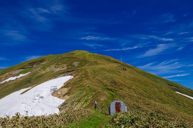 エビス大黒避難小屋から仙ノ倉山への斜面を見上げる