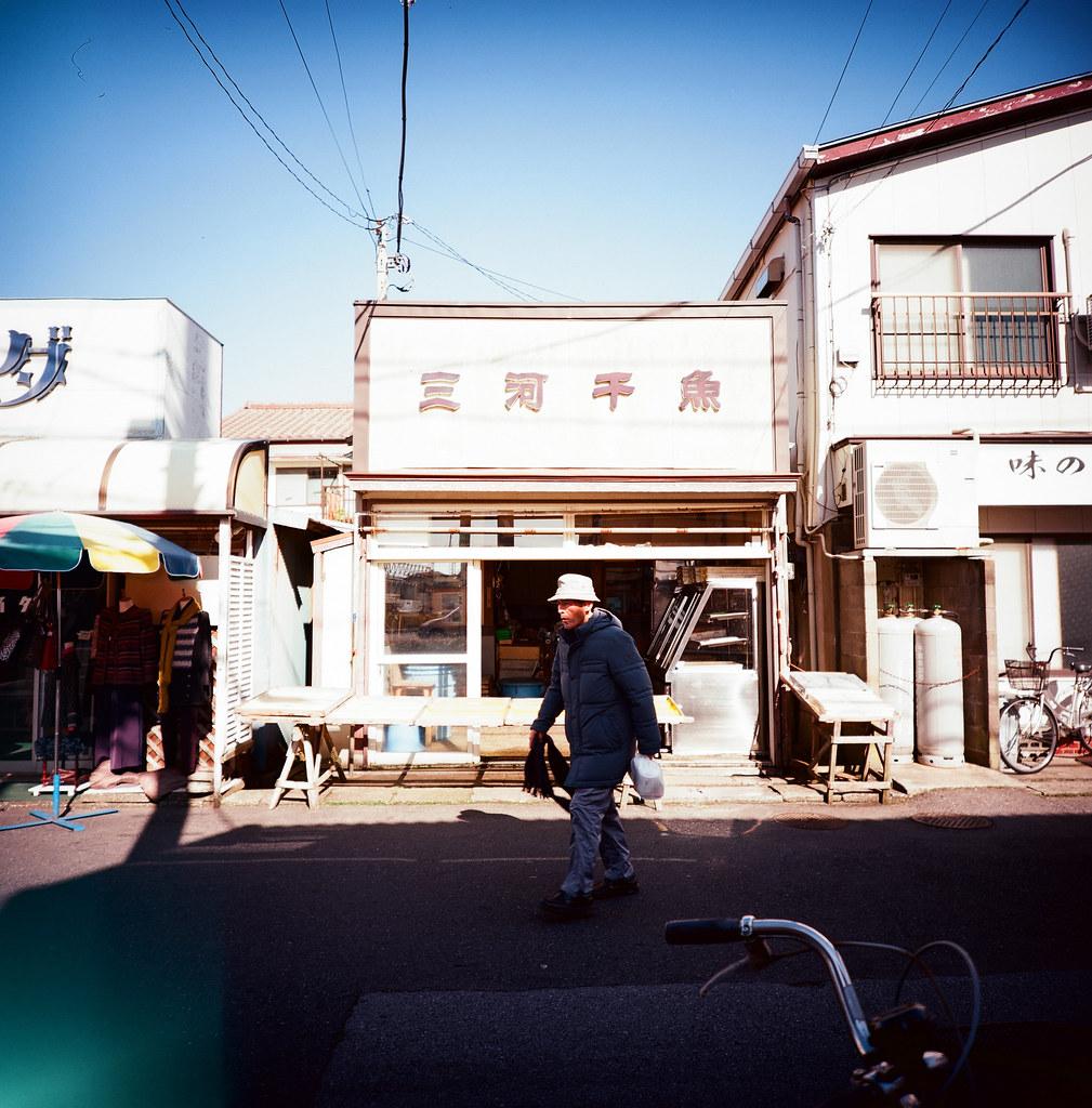 銚子市, Japan / Kodak Pro Ektar / Lomo LC-A 120 這卷底片對於藍天特別漂亮,雖然我不記得到底是因為那天的天空就是這麼藍還是底片的問題。  但是我記得一件事,那時候離開北海道回東京的時候,收到妳的來信。雖然妳的內容只有ㄟ,連個主旨都沒有打,但這個開啟,是我等好久的回應。  就這樣我一直都很相信北海道神社,每次都會想要再去一次祈福。  Lomo LC-A 120 Kodak Pro Ektar 100 120mm 8280-0008 2016/02/04 Photo by Toomore