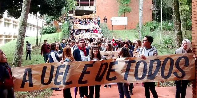 """""""Cortejo #ForçaUEL"""" ocorreu dentro do campus e reuniu cerca de 600 estudantes, servidores e professores - Créditos: Coletivo Uel Contra o Golpe"""