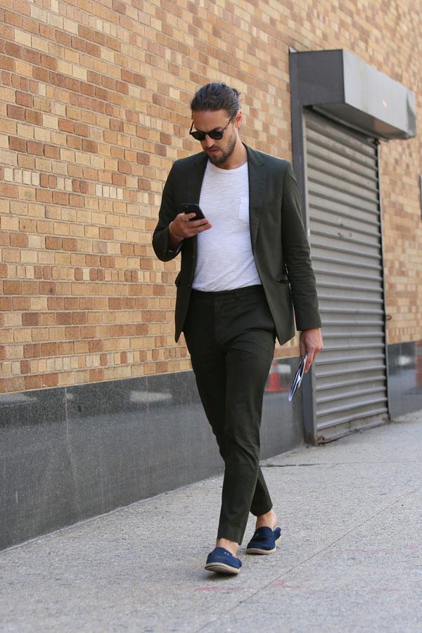 モスグリーンスーツ×白無地ポケットTシャツ×ネイビーローファー