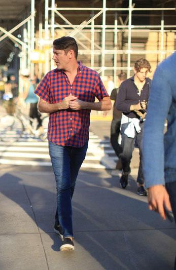赤紺チェック半袖シャツ×デニムパンツ×黒スリッポン