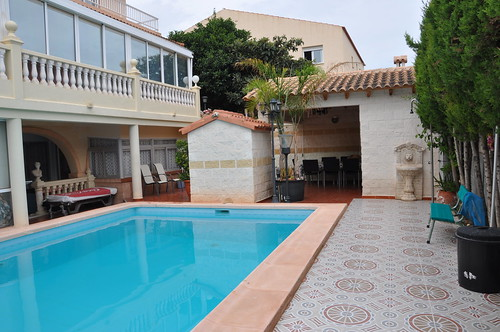 Fabulosa parcela de 1000 m2 con piscina de 11 x 5, barbacoa, jardines, y fabulosas vistas al mar. Solicite más información a su inmobiliaria de confianza en Benidorm  www.inmobiliariabenidorm.com