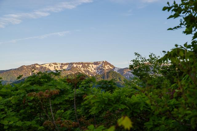 ひと登りすると苗場山が良く見えます