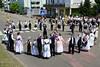 Traditionell wird auf den Strassenkreuzungen ein Ringtanz aufgeführt