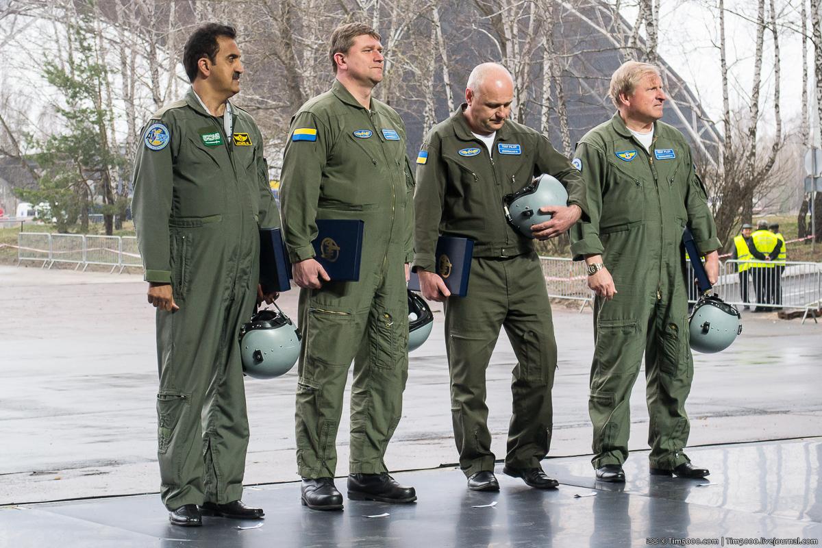 Пилоты после успешного полета Ан-132D