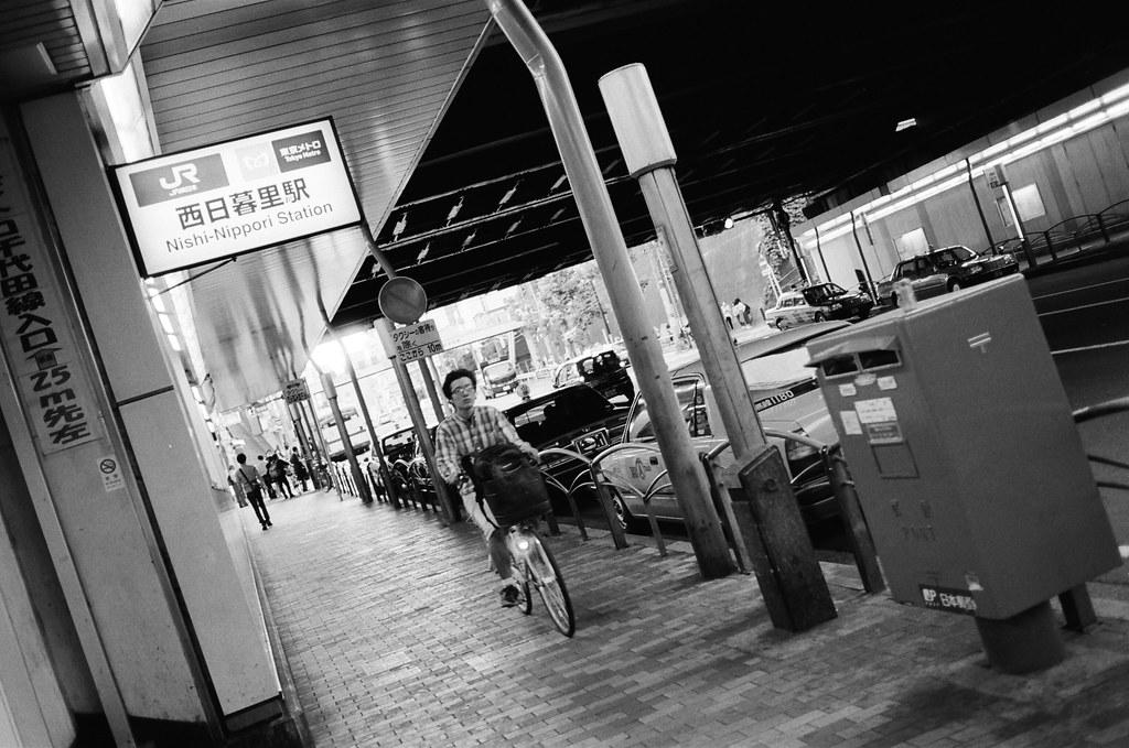 西日暮里駅 Tokyo, Japan / Kodak TRI-X / Nikon FM2 忙碌,把自己空閒的時間強迫填滿,但好像有點趕不上想要的結果。  好累 ...  只要記得一件事情就好了,不要浪費時間,怕忘記,就記得寫下來,一定會有人看得出來線索的 ...  不一定是現在,也無所謂 ...  Nikon FM2 Nikon AI AF Nikkor 35mm F/2D Kodak TRI-X 400 / 400TX 1275-0018 2015-10-06 Photo by Toomore