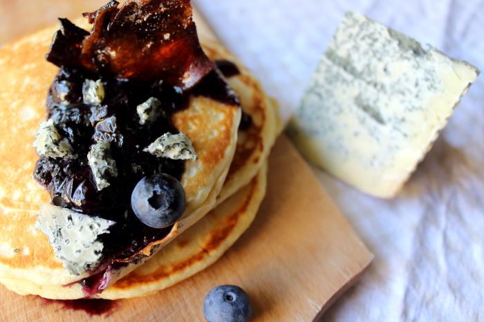 pancakes con blu mugello, pancetta caramellata e mirtilli