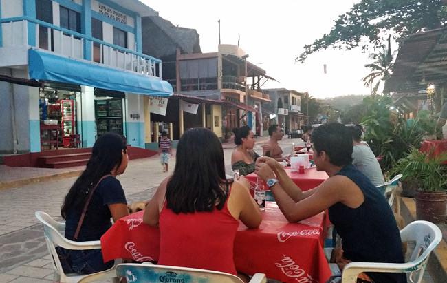 street-dining-zipolite