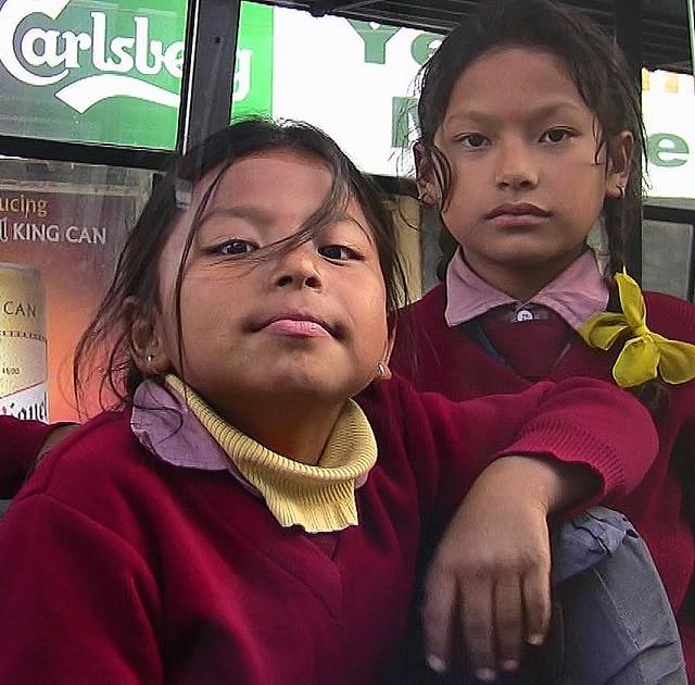 NEPAL, Bodnath, Kinder haben Spaß im Bus, (serie) 16289