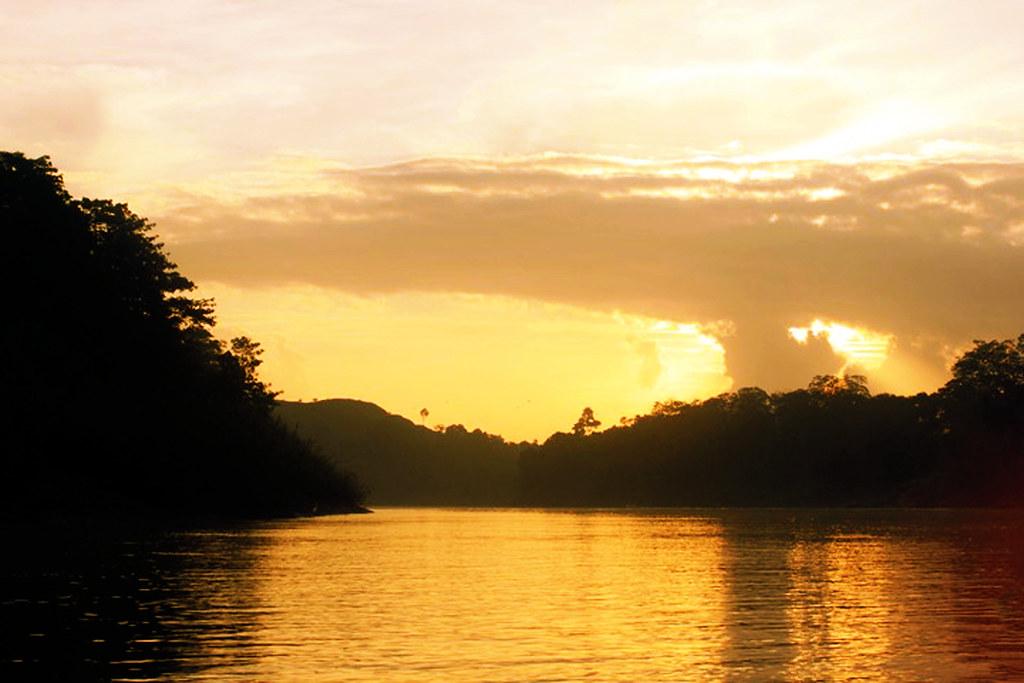 solnedgang over kinabatangan-floden
