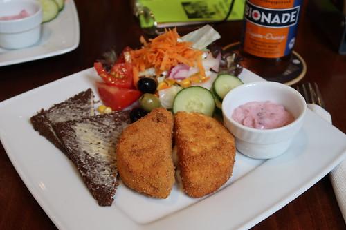 Gebackener Camembert mit Preiselbeersahne, Schwarzbrot und Salat