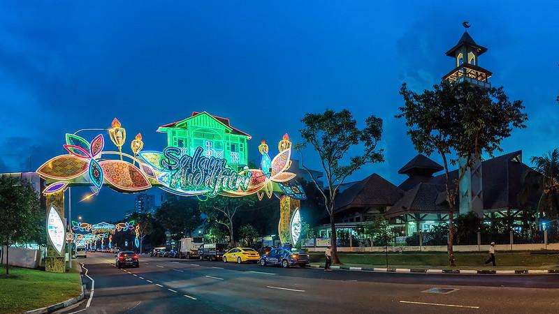 Ночной праздничный рынок Geylang Serai.