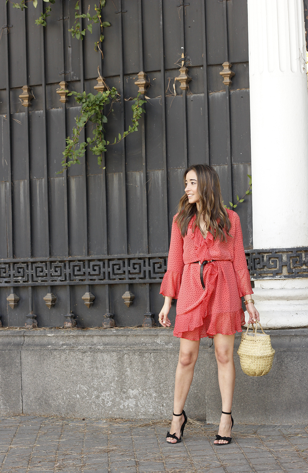 coral dress with dots and frills uterqüe black heels summer outfit style fashion04
