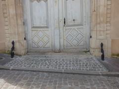 Rue Févret, Semur-en-Auxois - door - sculptures