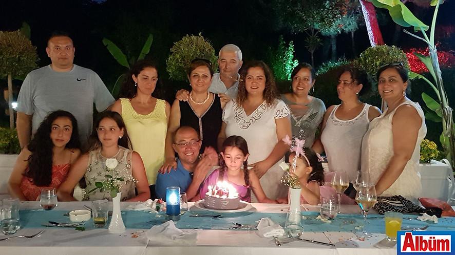 Çeçem ailesi hep birlikte hatıra fotoğrafı çektirdi.