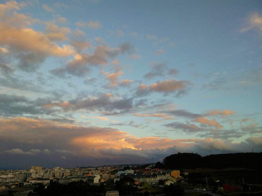 Nubes del atardecer de hoy martes. #Coruña #phonephoto #photography #clouds #beautifulsky #sky