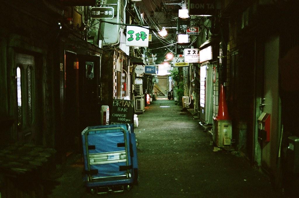 新宿花園一番街 Tokyo, Japan / AGFA VISTAPlus / Nikon FM2 這裡是他記得要前往的地方,他一直想要等到下雪的場景,但沒有辦法如願,畢竟東京本來就不是一個下雪的城市。  他的旅行後來常常回到東京,也常常過來這裡走走,看能不能再拍到理想中的畫面。  男孩一直告訴自己,有機會一定要體驗一下酒吧的氣氛,最好像村上春樹一樣,播放著爵士樂的酒吧!  Nikon FM2 Nikon AI AF Nikkor 35mm F/2D AGFA VISTAPlus ISO400 1002-0024 2015-10-04 Photo by Toomore