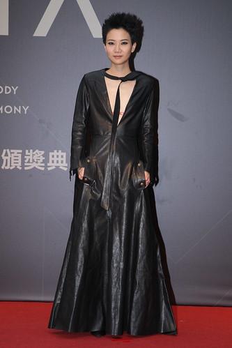盧凱彤一身Chloé深V洋裝,算是具有難度的服裝。胸前深V直到腹部,上窄下寬加上全部直線的線條,用皮質表現出質感及挺拔的身型,駕馭得很好。