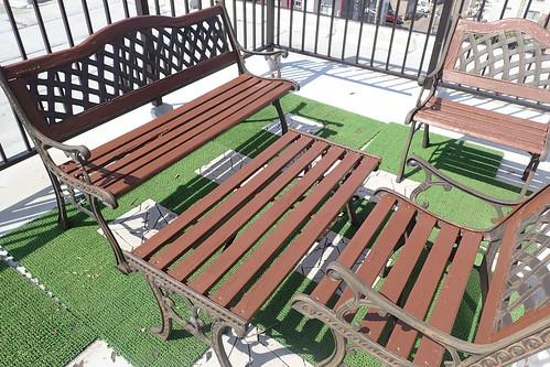 バルコニーのベンチをペンキ塗り