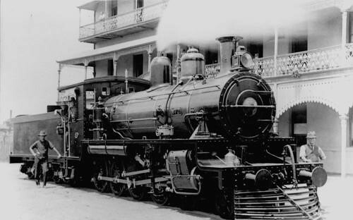 Walkers_Steam locomotive in front of Maryborough Grand Hotel 1923