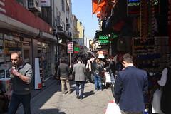 Auf einer Gasse mit vielen Läden nahe des Gewürzbasars (Baharat çarşının yanında birçok dükkan ile bir sokakta) (117LIEBE_6356)