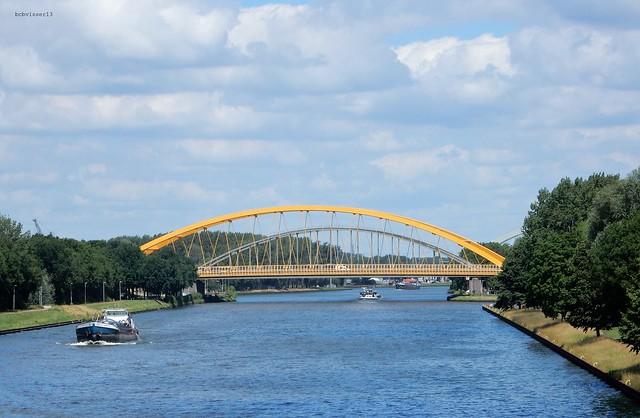 zicht op de Hogeweidebrug over het Amsterdam Rijnkanaal in Utrecht