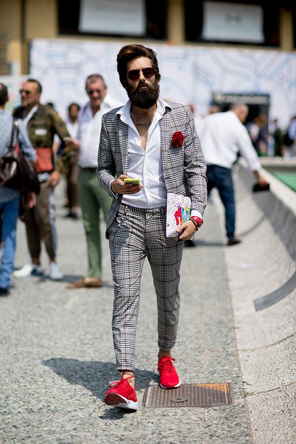 ライトグレーチェックスーツ×白シャツ×赤スニーカー