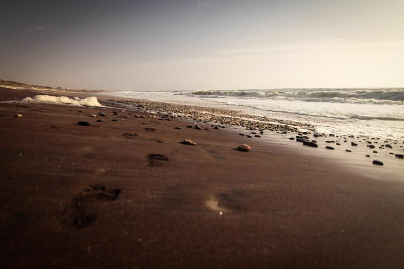 Fußabdrücke im Sand Namibia Urlaub Atlantik Küste