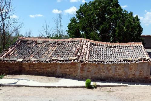 TORDELRÁBANO (Guadalajara). Sierra Norte. Spain. 2014. Tejados de estilo segovianos.