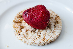 Multigrain rice cakes with strawberries fruit